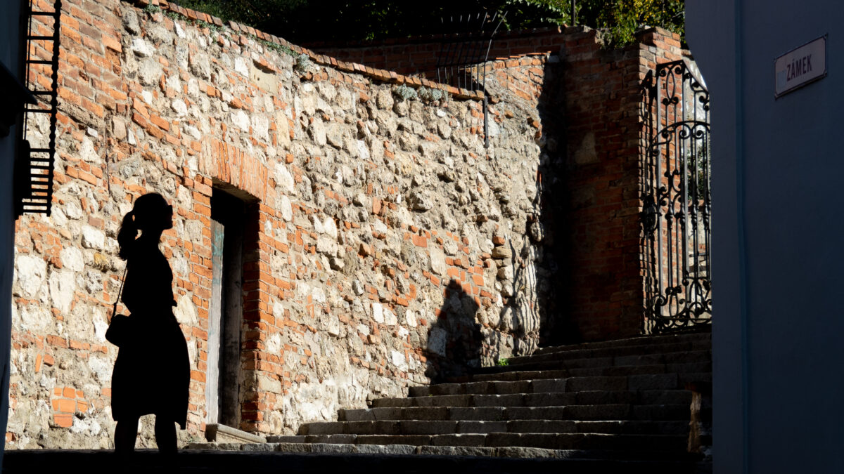 ulička vedle synagogy
