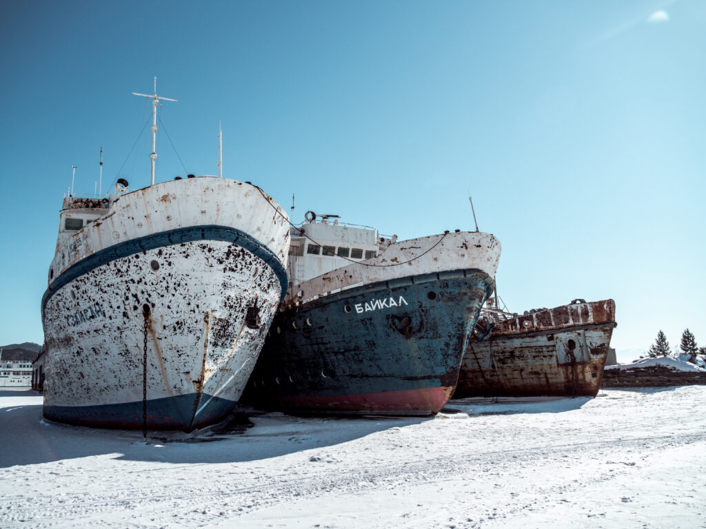 Opuštěné lodě na jezeře Bajkal